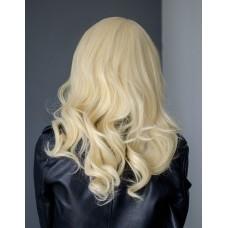 Перука блондинка середньої довжини на сітці  ( 1140 )